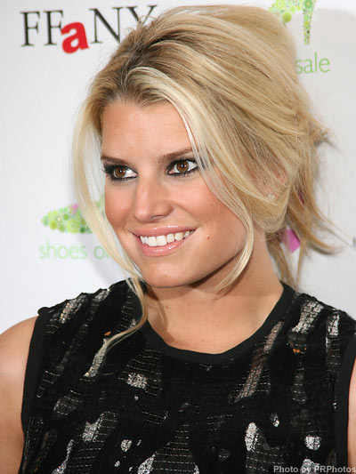 Jessica Simpson's medium hairstyle for her square face