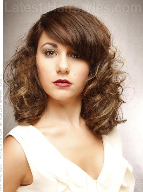 A medium curly bob hairstyle on an oval face