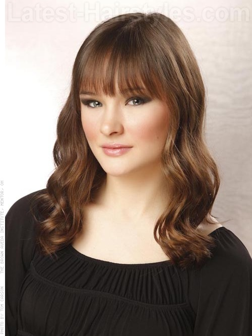 22 effortlessly chic medium length wavy hairstyles medium length hollywood inspired waves urmus Images