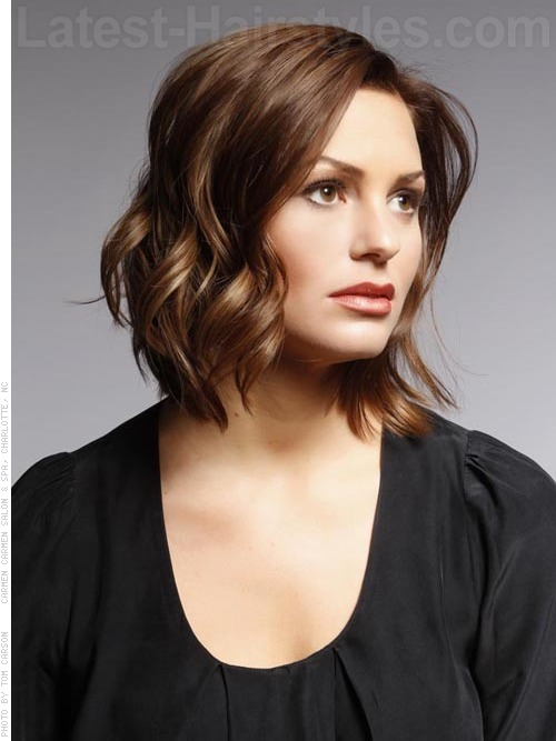 A medium wavy hairstyle for a heart face