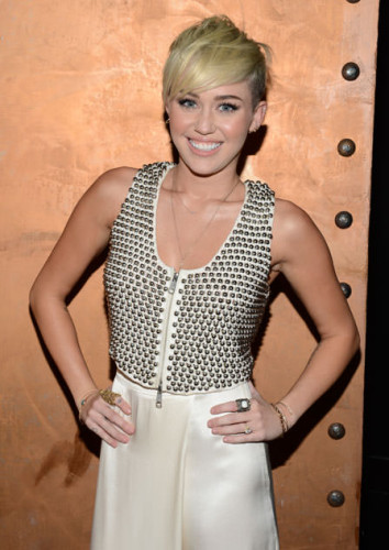 Miley Cyrus asymmetrical short hairstyle