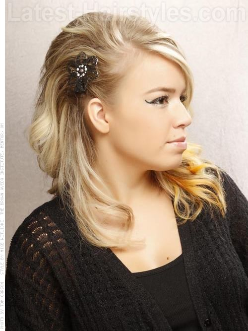 Funky Blonde Sideswept Wavy Hairstyle 2