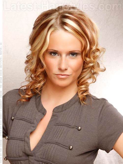 Contrasting Blonde Hair Highlights on Medium Curly Style