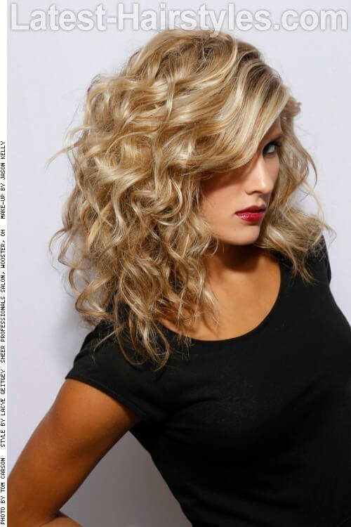 Relaxed Blond Hairstyle with Curls Side