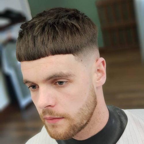 Corte de pelo fresco con desvanecimiento calvo