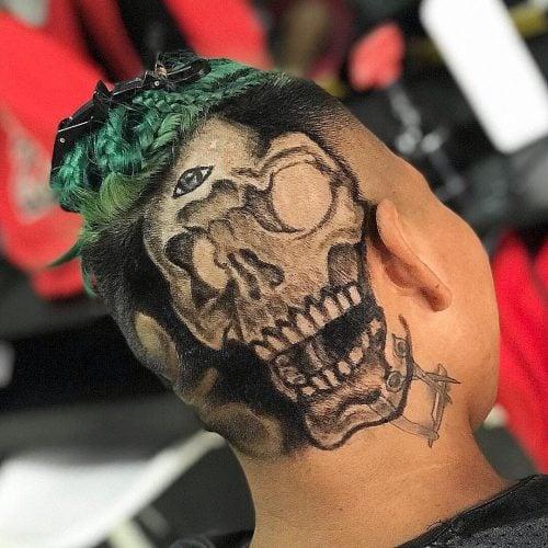 Un tatuaje de pelo de calavera
