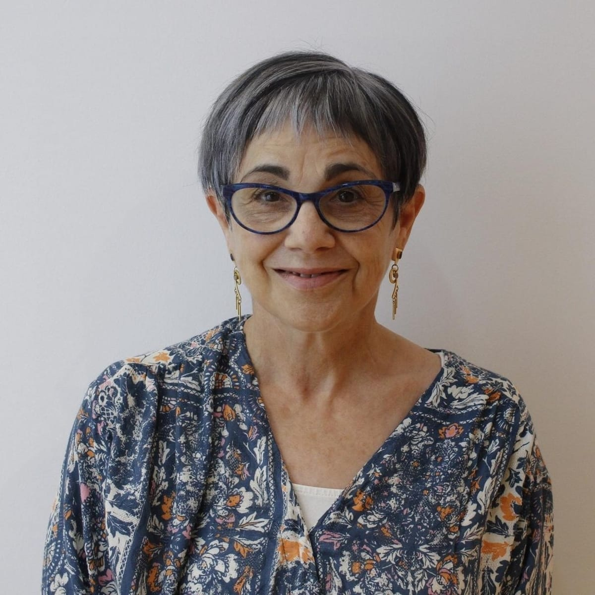 Peinado pixie asimétrico con gafas en mujeres mayores