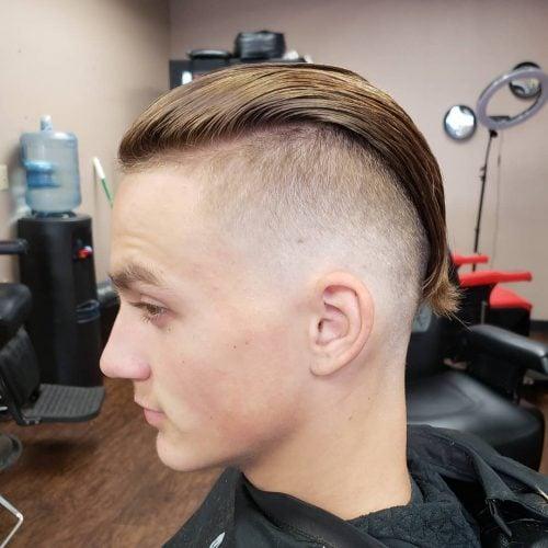 Rambut Undercut yang Disisir ke Belakang Badass