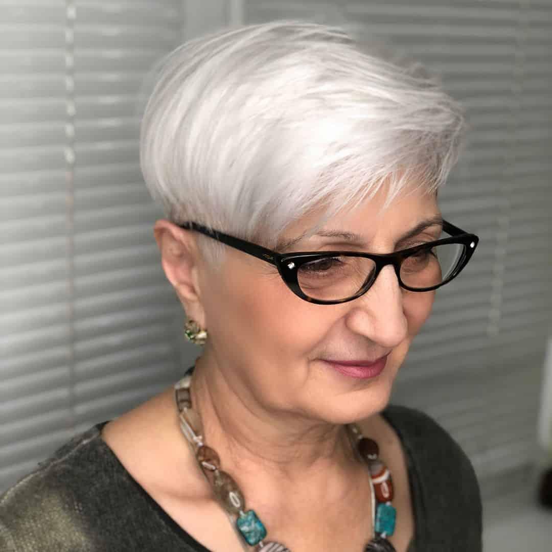 El mejor corte de duendecillo para mujeres mayores con gafas.