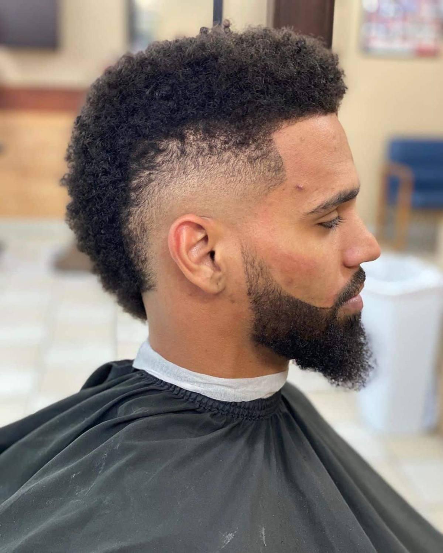 Fade Mohawk corte de pelo de hombre negro con barba