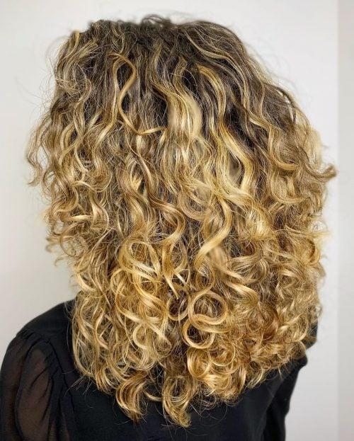 cabello largo y romo con rizos en capas