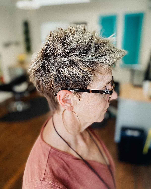 Pixie clásico con pinchos para mujeres maduras con gafas