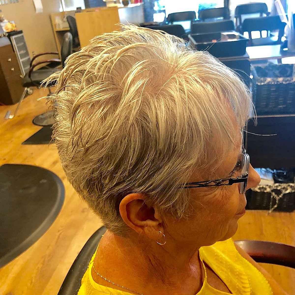 Elegante corte de duendecillo para mujeres mayores de 60 años con gafas