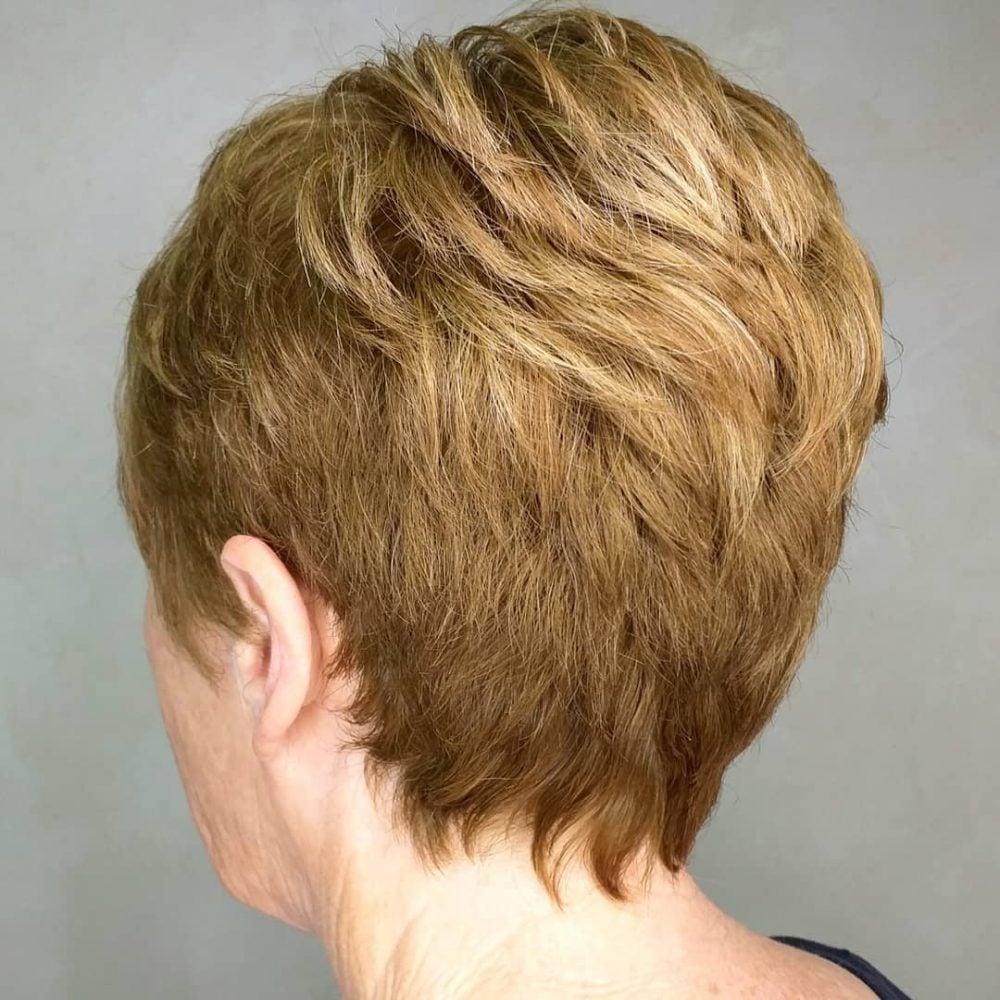 Corte corto con capas para mujeres con cabello fino.