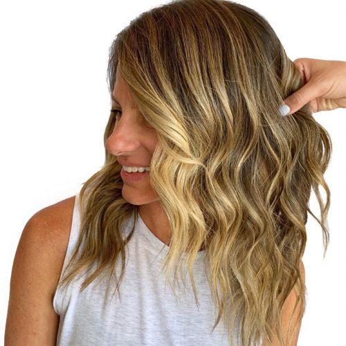 Rubia sucia para cabello largo hasta los hombros con ondas de playa