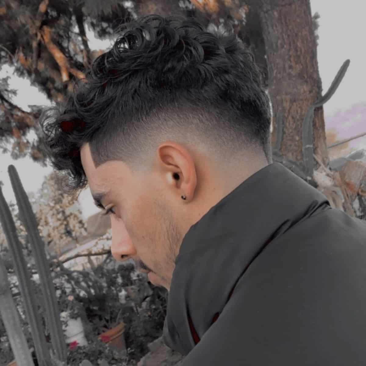 Drop fade undercut untuk pria dengan rambut keriting