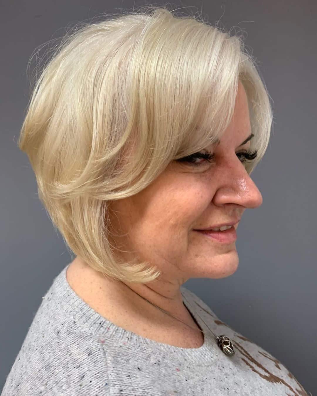 Encuadre de rostro bob graduado para mujeres mayores de 50 años con rostro redondo