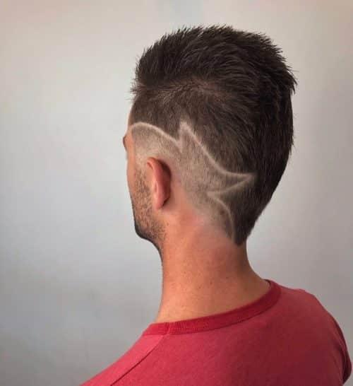 Faux Hawk cabello decolorado con diseño