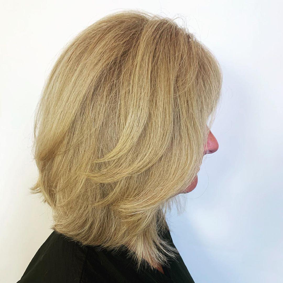 peinado bob largo con plumas para mujeres mayores de 50 años