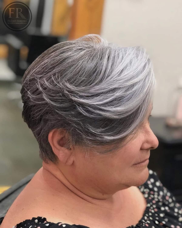 Pixie Bob con plumas para mujeres mayores de 50 años