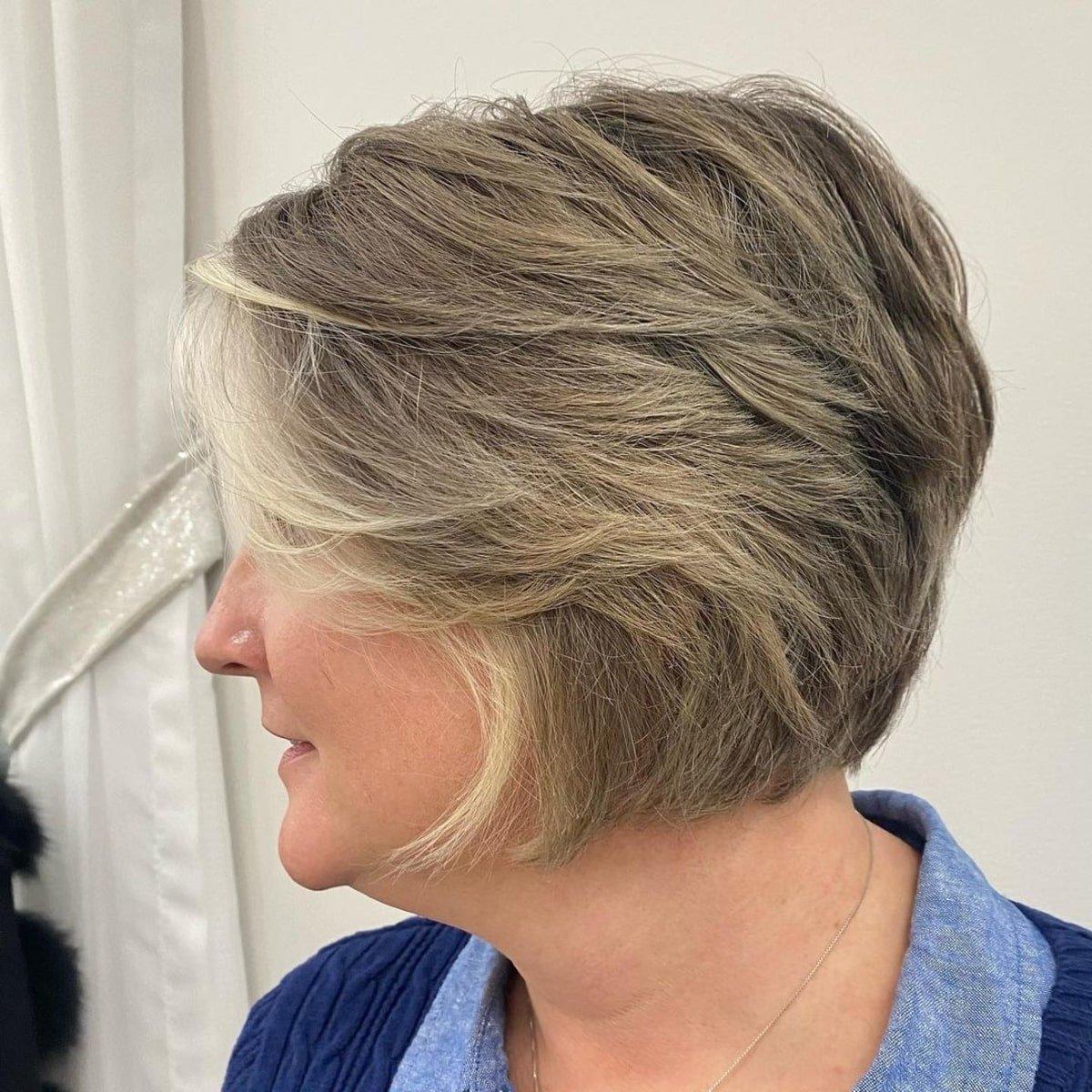 Pixie bob emplumado con flequillo lateral para mujeres mayores de 60 años con cabello fino