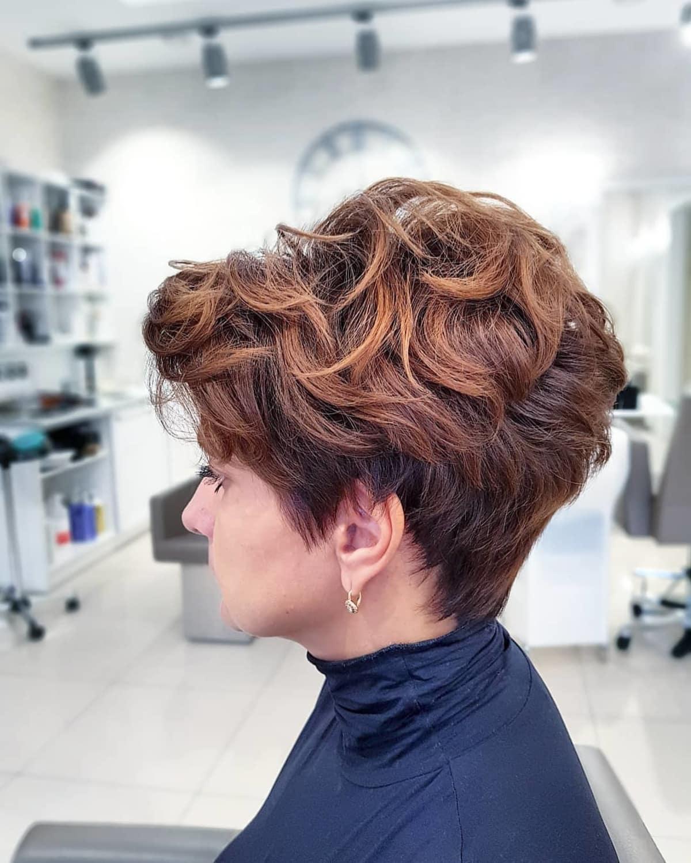 Corte de duendecillo femenino para cabello castaño ondulado grueso