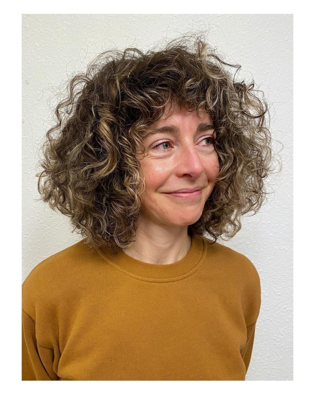 Flequillo favorecedor para mujeres mayores con cabello rizado
