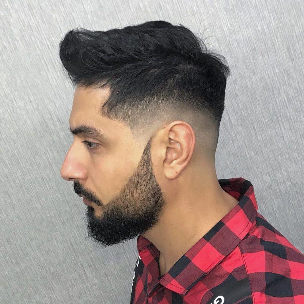 Peinado de barba completa y desvanecimiento recortado