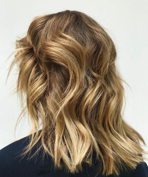 Destacados rubios dorados para cabello medio