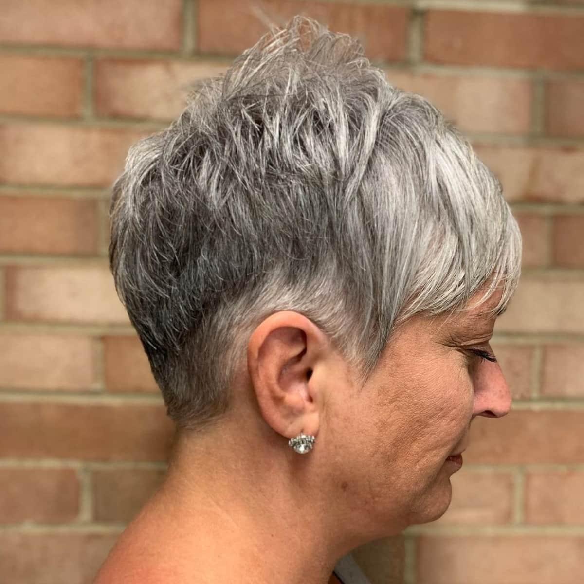 Pixie gris para mujeres mayores