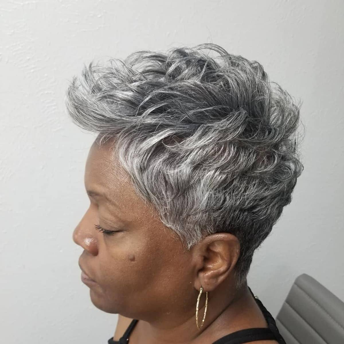 Corte de duendecillo gris para mujeres negras de 50 años o más