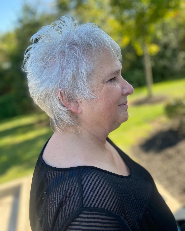 Pixie gris con capas para mujeres mayores de 60 años
