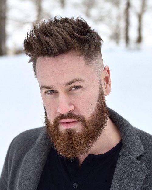 Desordenado alto y apretado con barba