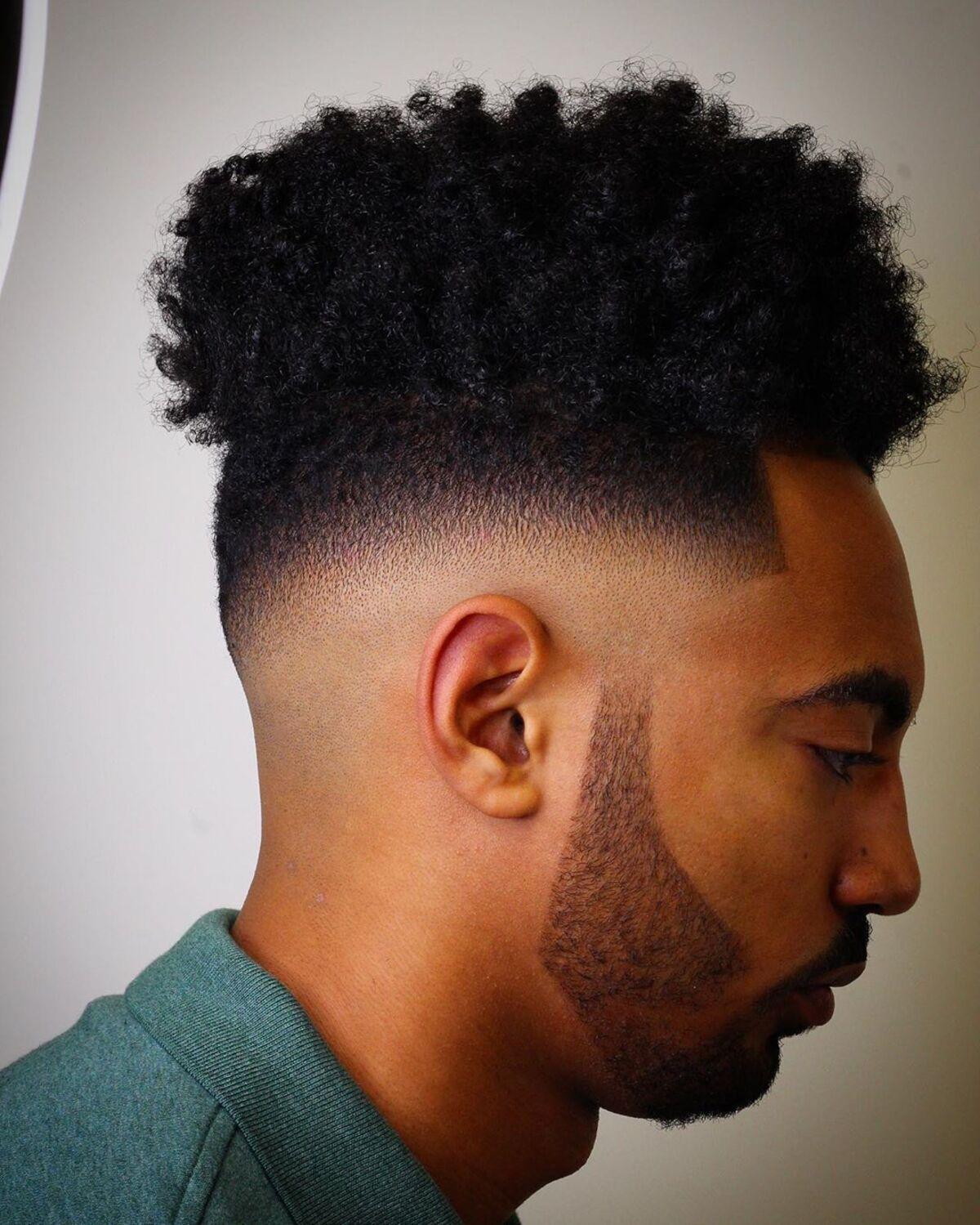 Desvanecimiento superior alto con escote de barba puntiagudo