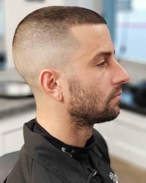 Desvanecimiento calvo para un corte de pelo alto y ajustado