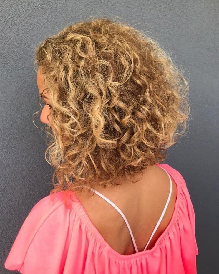 Corte de pelo rizado inverso para cabello de longitud media