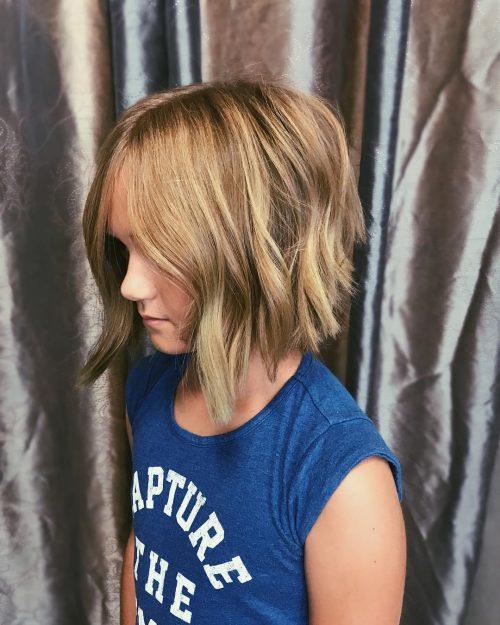 Corte de pelo de capas cortas para niñas con cabello fino.