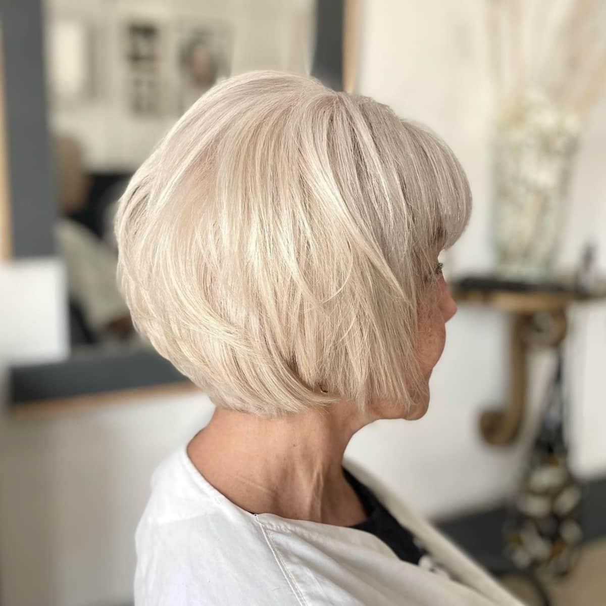 Peinado Bob en capas para mujeres mayores de 70 años