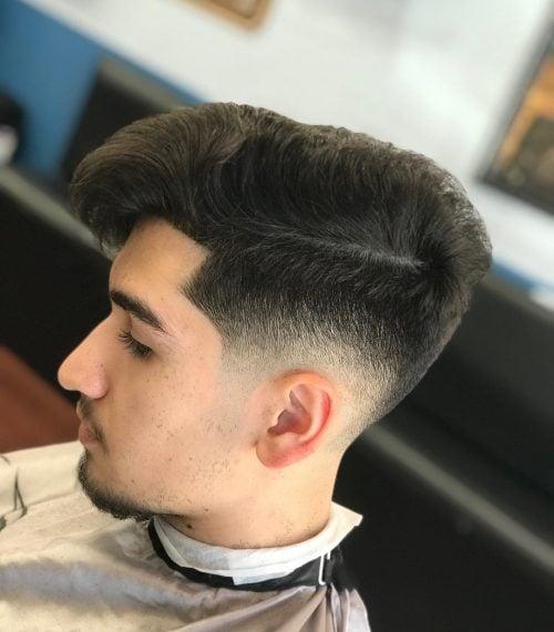 Decoloración de la piel débil con cabello largo en la parte superior