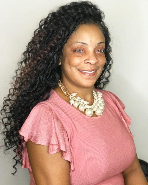 peinado largo para mujer negra mayor de 50
