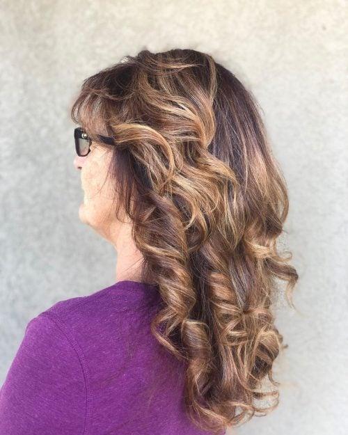 peinados largos para mujeres mayores de 50 con gafas