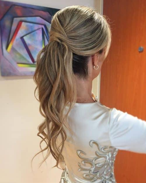 Peinado largo de cola de caballo para mujeres mayores de 50 años.