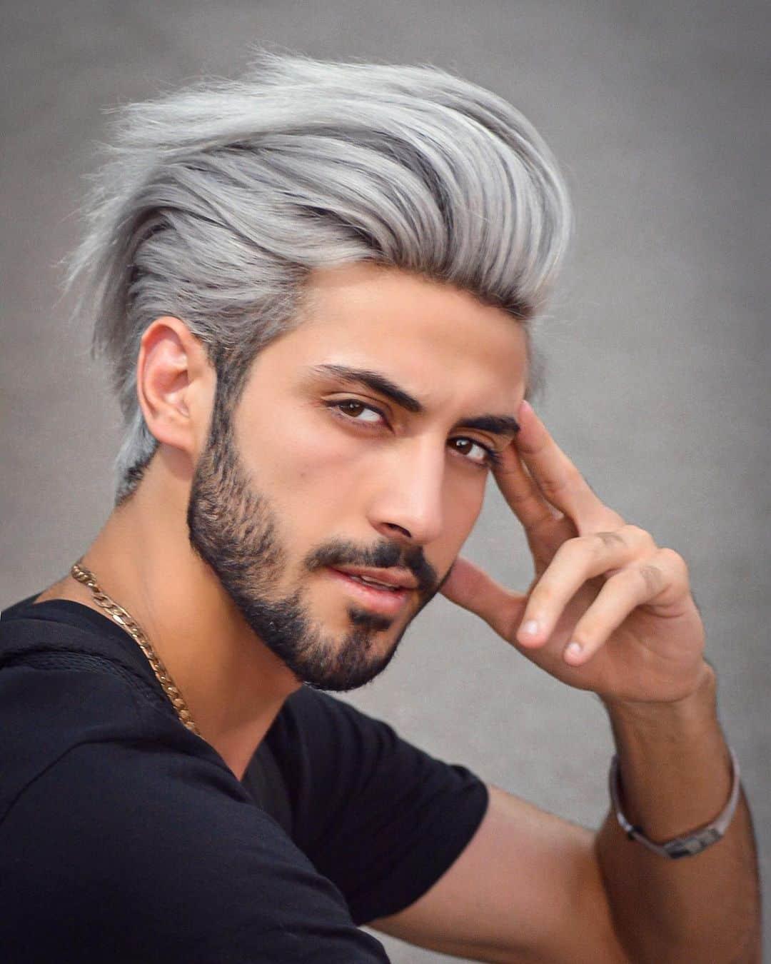 Cabello largo peinado hacia atrás para hombres