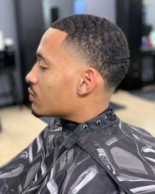 Corte de pelo bajo César para hombres negros