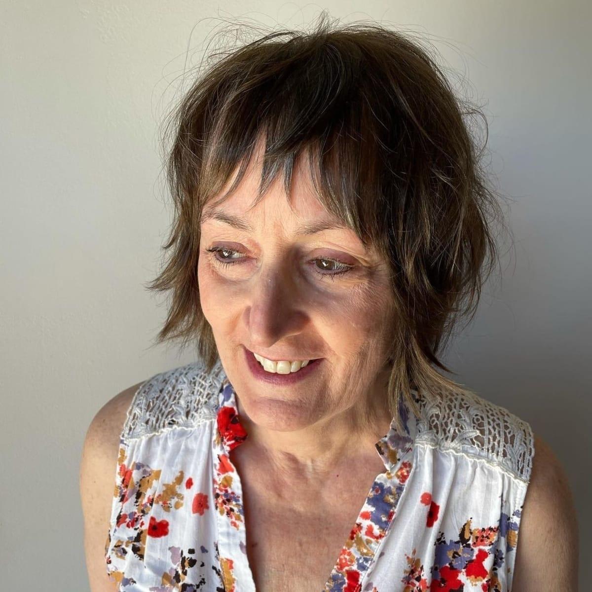 Bob entrecortado de bajo mantenimiento con flequillo para mujer de sesenta años de pelo fino