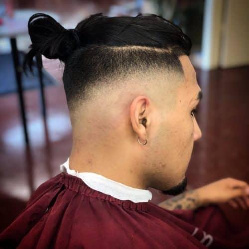 Gaya Rambut Man Bun dengan Undercut