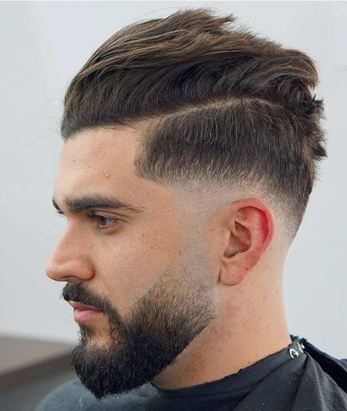 Corte de pelo medio con barba.