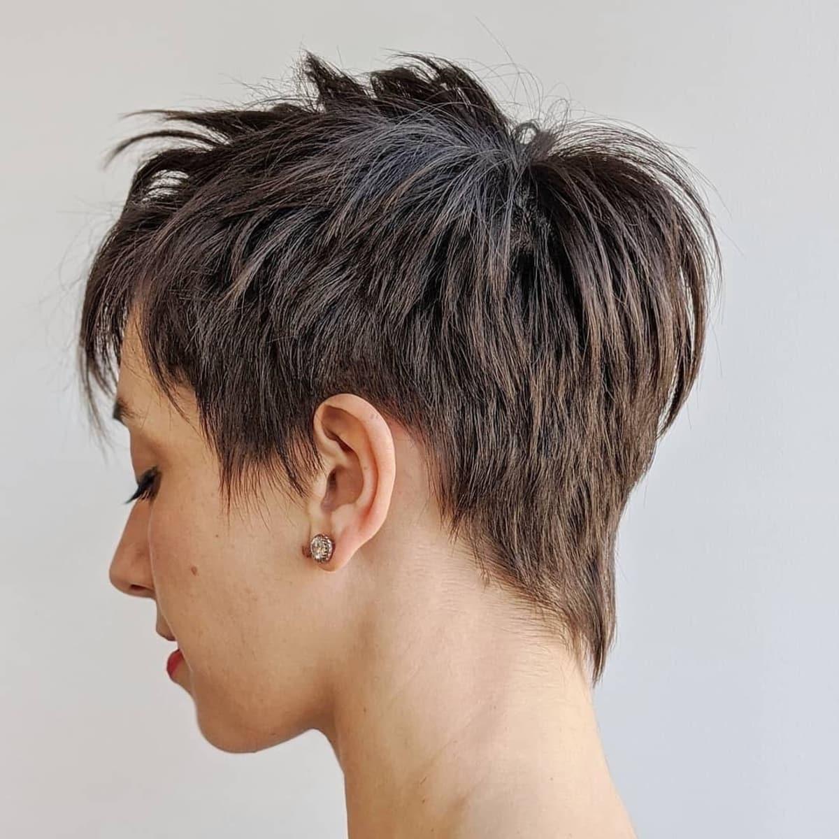 Corte Pixie corto a medio afeitado desordenado para cabello lacio