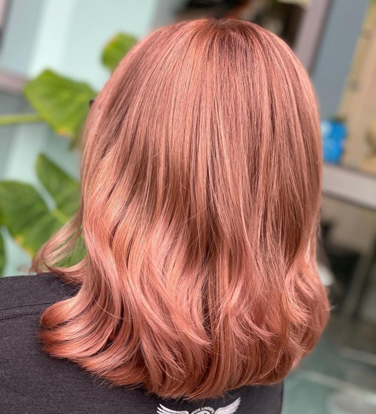 Cabello rubio de longitud media con reflejos de oro rosa