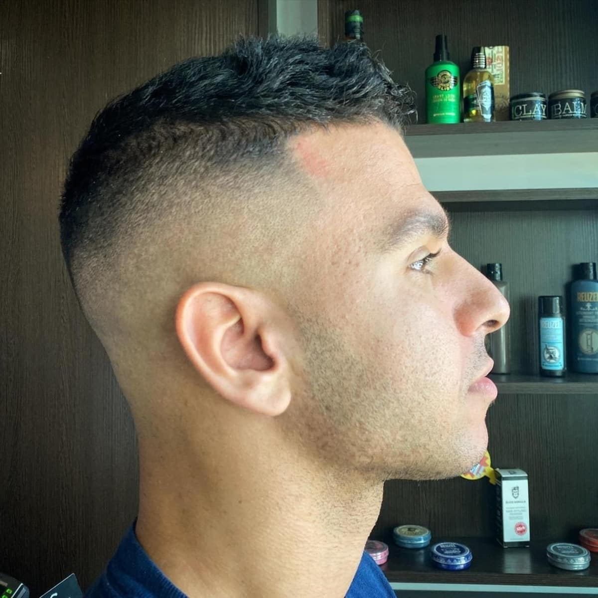 El corte de pelo alto y ajustado de bajo mantenimiento.